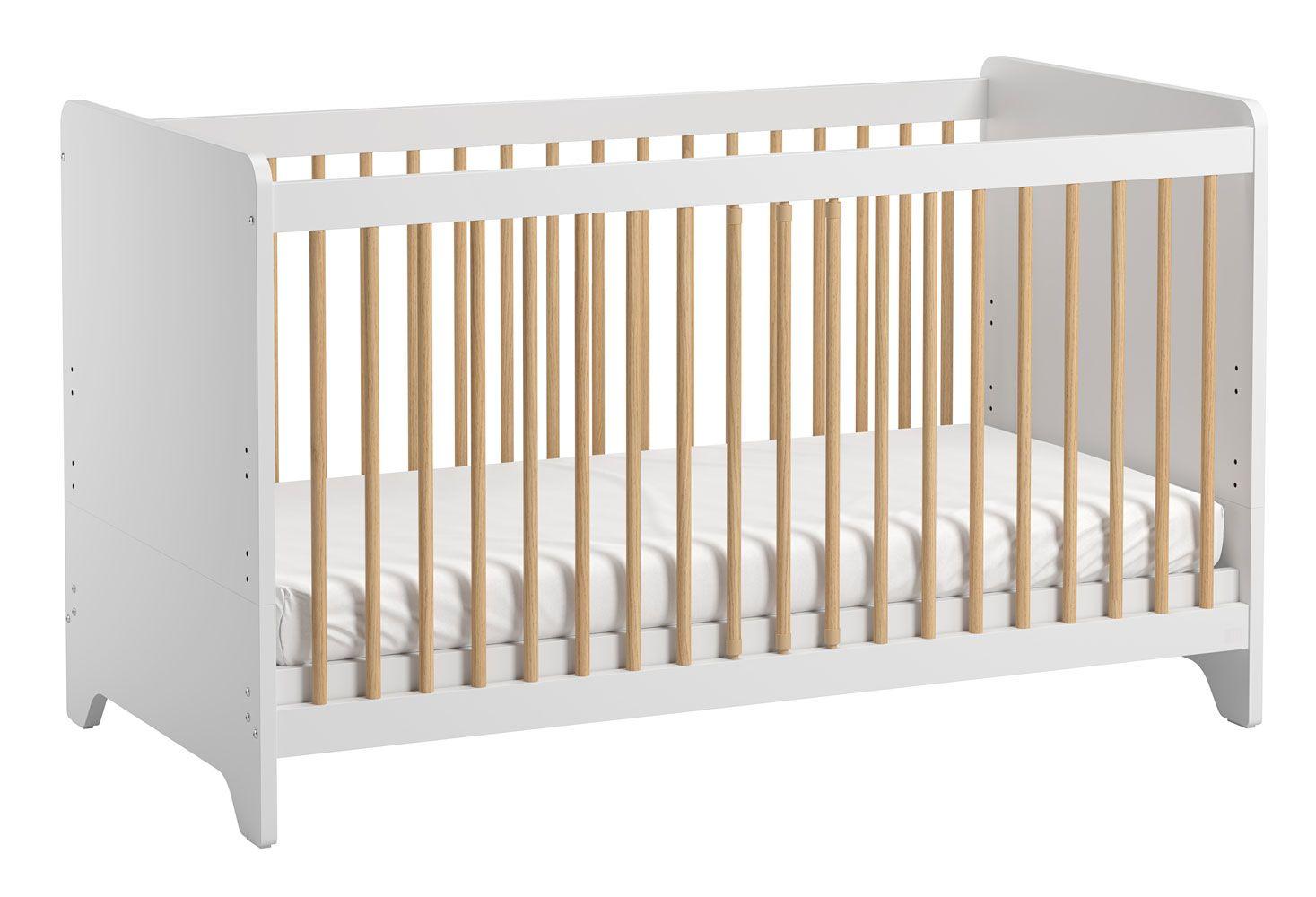 Babybett / Gitterbett Majvi 04, Farbe: Weiß / Eiche - Liegefläche: 70 x 140 cm (B x L)